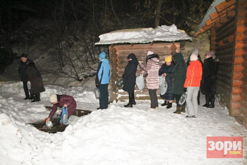 Ночью 19 января в нашем районе в пяти купелях прошли крещенские купания в освящённых купелях.