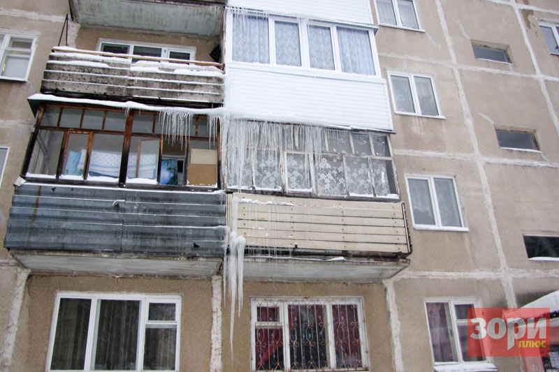 В Добрянке глыбы льда и снега падают с крыш домов
