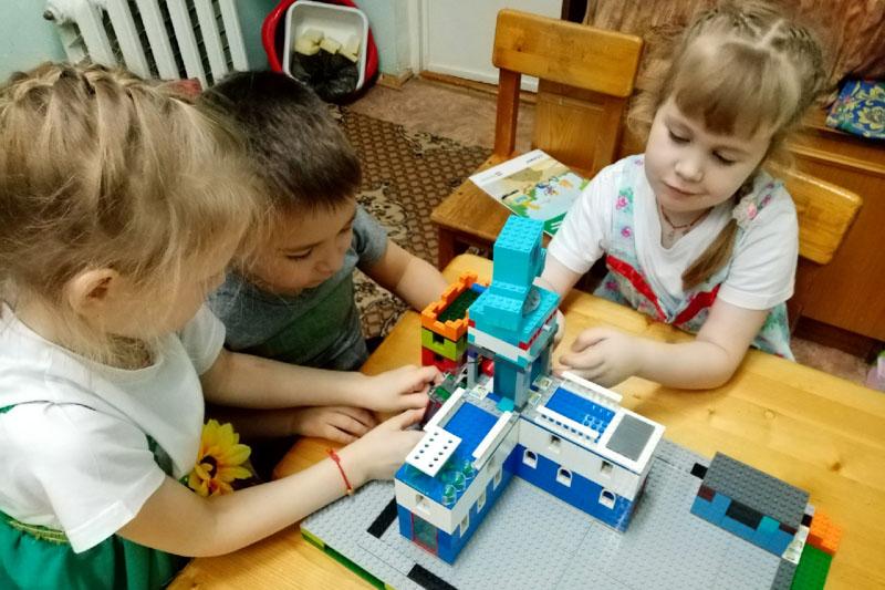 Добрянский дом культуры достроили! Теперь там есть киноконцертный зал, спортзал, подземная парковка и даже оранжерея! Правда, всё это пока построено из конструктора «Лего».