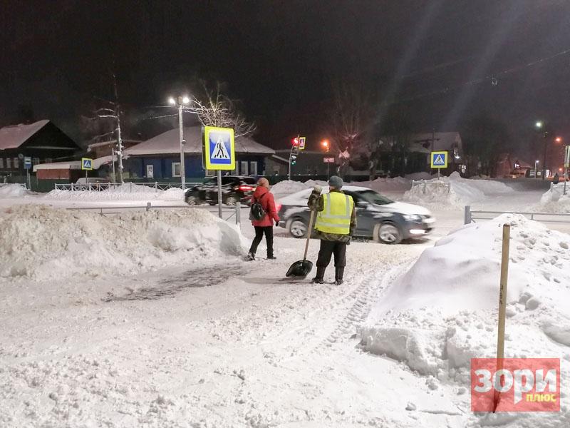 Огромные сугробы на обочинах, снежная каша под ногами, ледяные колеи на дорогах  Добрянки