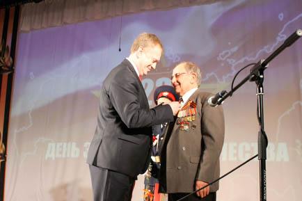 Ветеранам Добрянского округа вручают медали