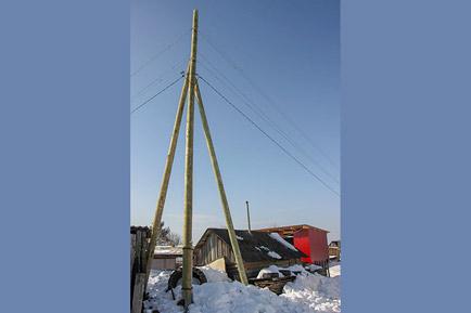 В селе Перемском поставили новые столбы электропередач