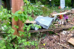 На кладбище Полазны неизвестные осквернили могилу